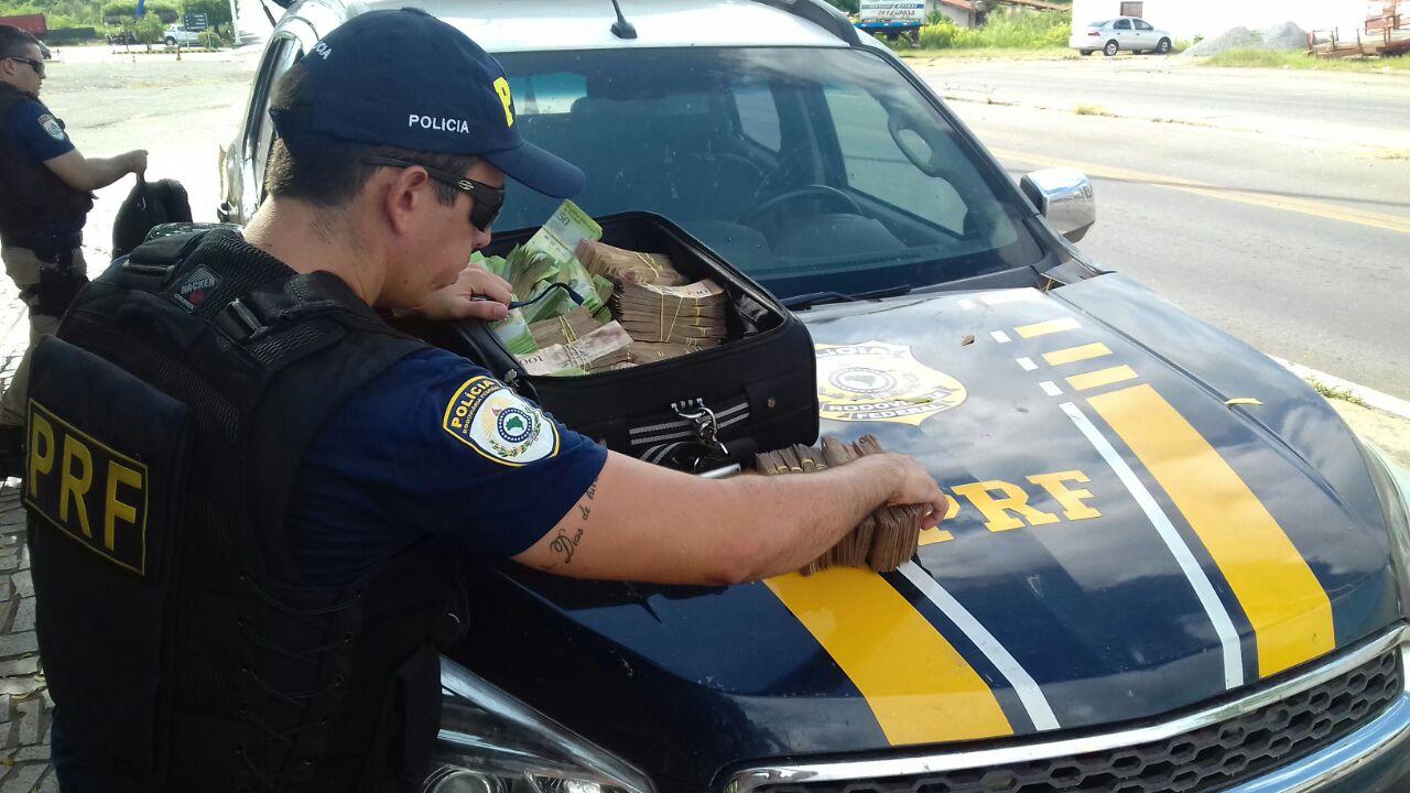 Polícia Rodoviária apreendeu o dinheiro (FOTO: PRF)