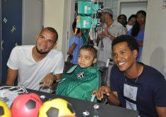Éverson e João Marcos presentearam o garoto com camisas do Ceará (FOTO: Divulgação)