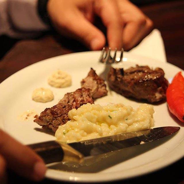 No Cabaña del primo, o cliente tem até uma faca especial para cortar a carne. (FOTO: Divulgação)