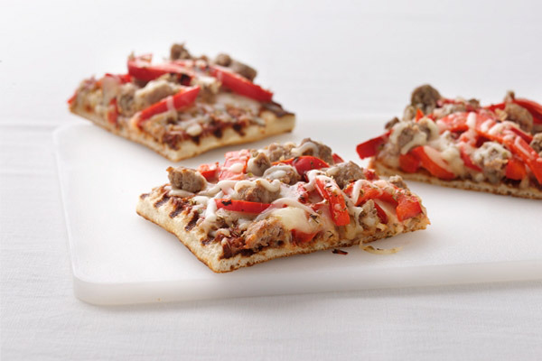Grilled-sausage_pepper_pizz