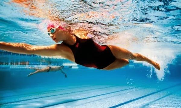 Woman swimming in a pool 008 %281%29