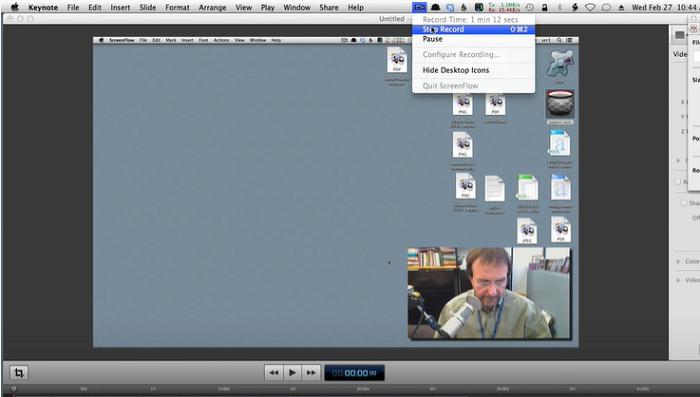 Profesor włączył kamerę internetową i nagrywa wykład na komputerze Mac