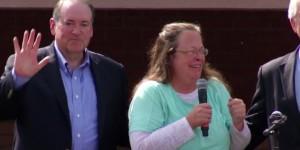 Kim-Davis-speaks-to-supporters (1)