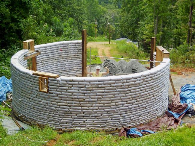 The earthbag house takes shape
