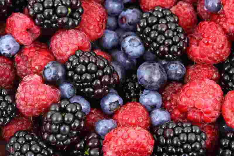 a picture of berries, a high carbohydrate food
