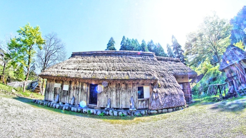 尾田家 地面まで藁が伸びているナバイ小屋