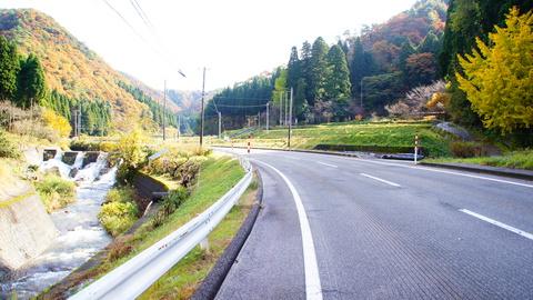 中ノ峠への河川沿いの道
