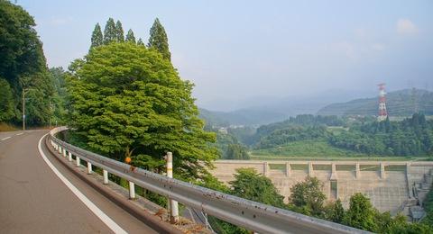 県道207号線から辰巳ダムを臨む