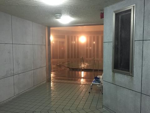 廊下の奥には巨大な八角形の内湯