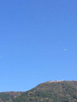 晴れた休日にはパラグライダーが飛び交う