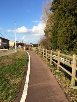 入り口横の河原市用水沿いには散策路/サイクリングロード