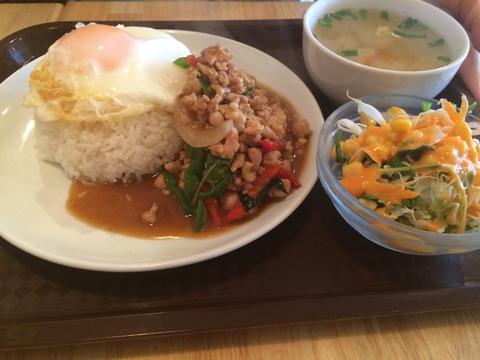 ガバオ(鶏ひき肉の辛口ガバオのせ炊き込み御飯)