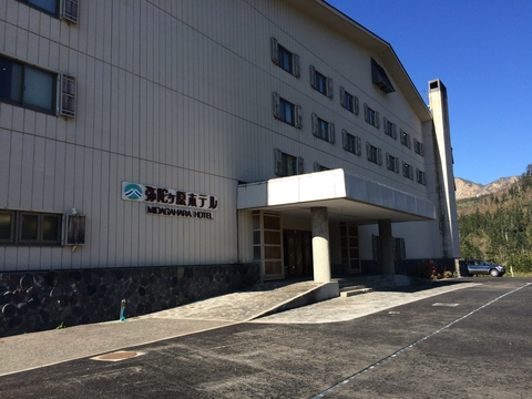 弥陀ヶ原ホテル。バスの停留所もある