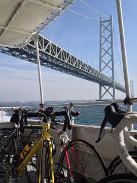 明石海峡大橋の真下をすべる