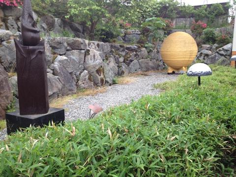 井波らしいオブジェが並ぶ庭園