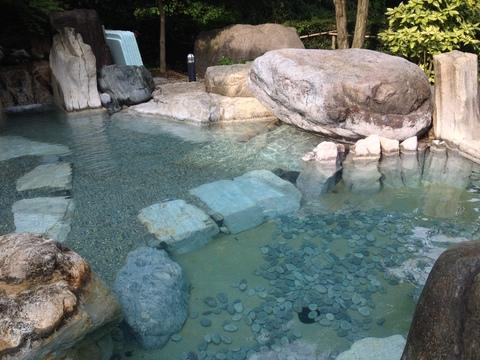 無色透明の湯。底には石が転がっているのが面白い