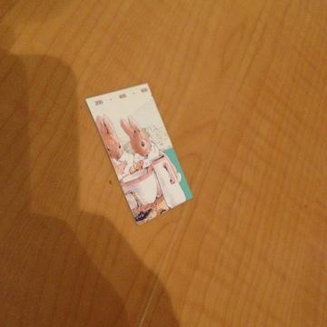 図書カードをはさみで切る