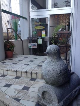 入り口の鳥の置物