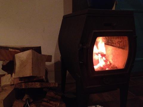 暖かい暖炉 薪は漆器の端材