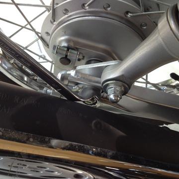 右19mmアクスルシャフトはマフラーとの透き間がタイト