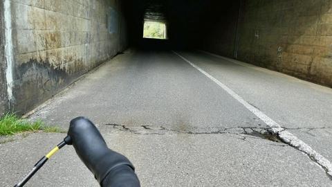 小矢部36と書いてあるトンネル。上は北陸自動車道