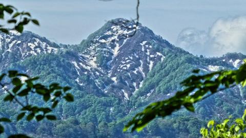 昔話の山のような中三方岳がきれいに見える