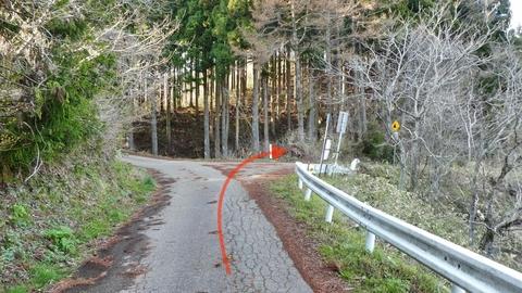 舗装路をしばらく行くと分岐。ここを右折(まっすぐで倉ヶ嶽)