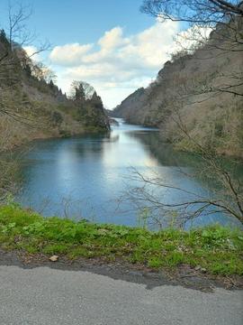 平坦な道を美しい内川湖畔をみながら