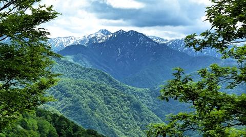 高三郎と肩に奈良と見越。犀奥の山も見納め