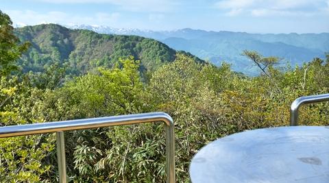 台上には立派な方位盤。そして犀奥の山々まで見える絶景