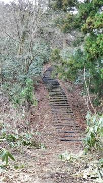この階段を上がっていく
