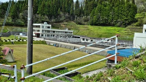 水道管理事務所。前は登り坂