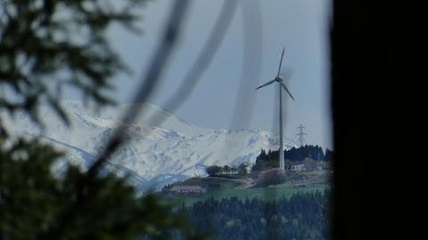 稲葉山の風車が見えるポイントあり。奥は奈良岳(!)