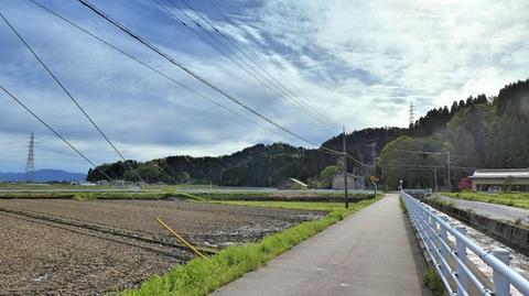 山に登っているのは金沢からの北金沢線とさっきくぐった南福岡線の併架鉄塔