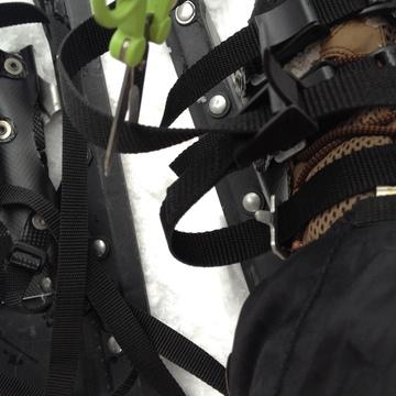登山靴に取り付け適当な長さにカット