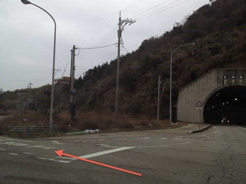 国道249号から生神隊道手前を左へ