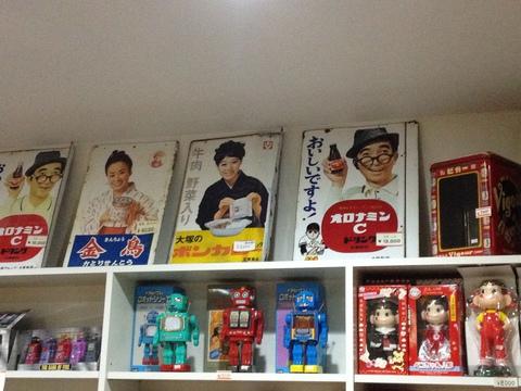 本物の看板や雑誌レコードが売られているおみやげ屋
