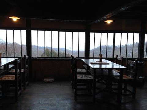 富山湾と立山連峰が一望出来るテーブル席。新湊大橋も。