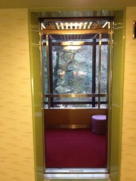 シースルーエレベーターで鶴仙渓を眺めながら浴室階へ