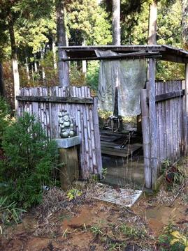 森林の中の開放的な貸切風呂