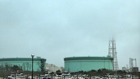 福井火力と燃料タンク。曇りの日は煙突が見えないほど巨大