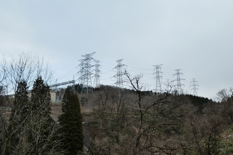 湯涌街道から目につく巨大500KV鉄塔群