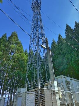 道端に無線の鉄塔が