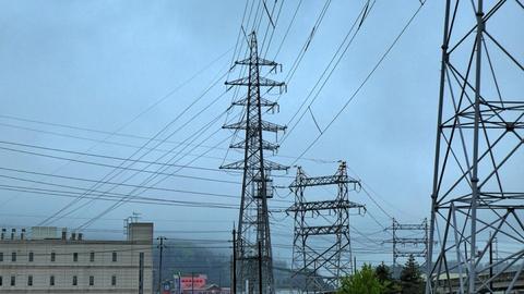 矩形鉄塔が並ぶ開発線