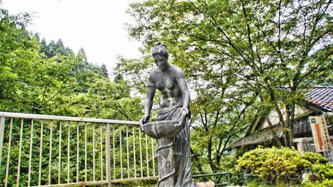 紺碧の像(水瓶で水をくむ美しいヴィーナス)
