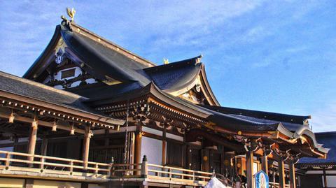 寝殿造りの本堂。屋根にはオスメスの鳳凰