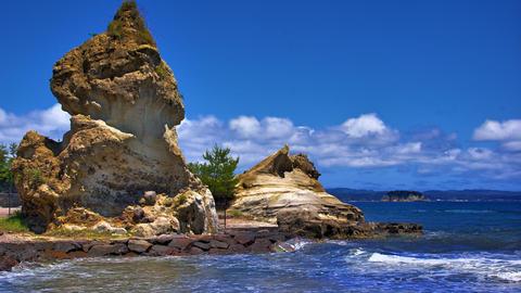 奇石のむこうには軍艦島が見える