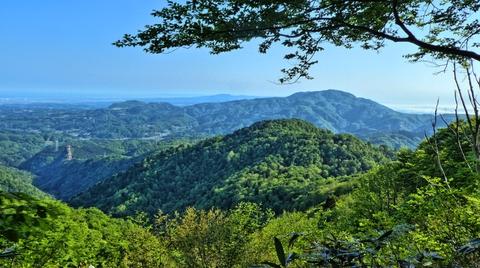 奥高尾山山頂より。先程の前高尾山が見える。奥には医王山キゴ山戸室山
