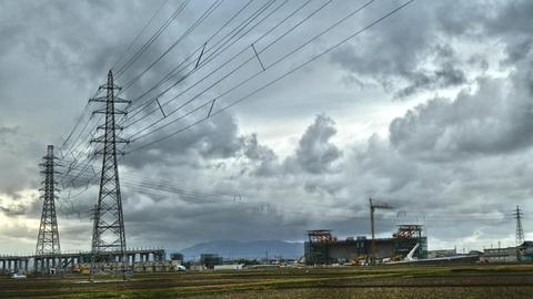 南西に伸びて2本めで三国線が右に、西日本金津線はその先、竹田川の向こうで引き留め、坂井線はそのまま直進