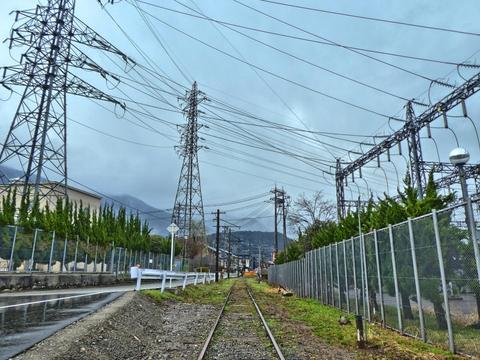 世にも珍しい鉄道廃線をまたぐ変電所 鶴来変電所